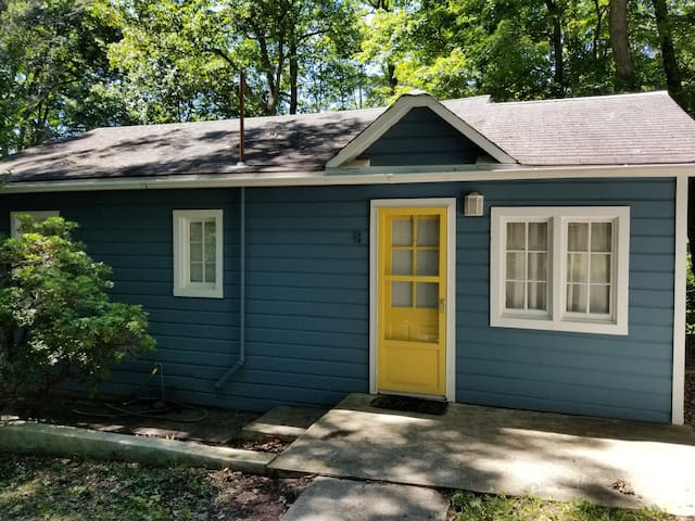 Cozy Blue Cottage - 2 BR Close to Woodbury Commons