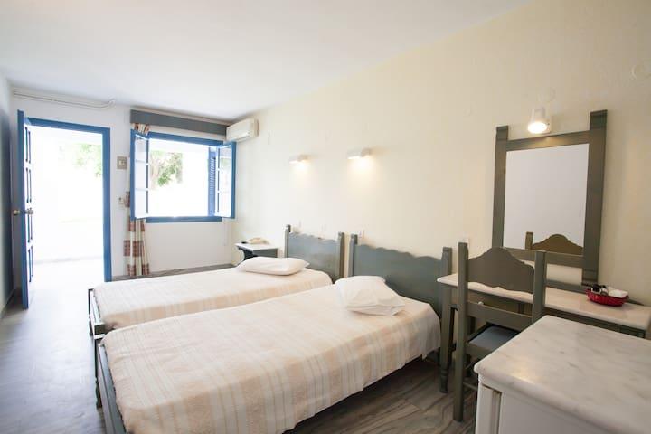Basic Triple Room 1 (Polos Hotel)