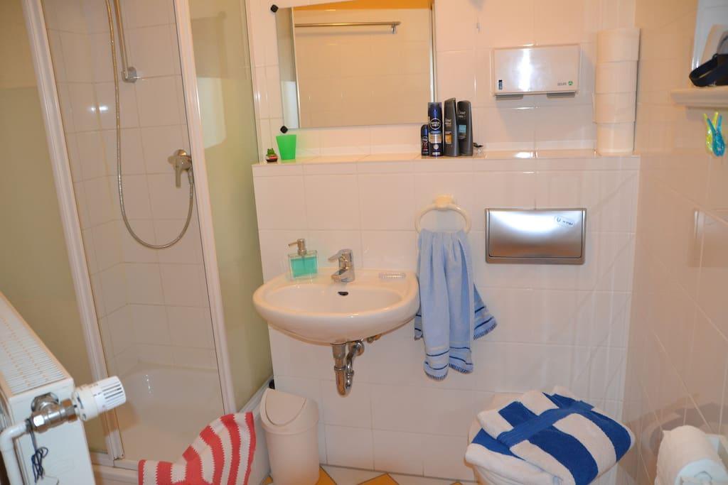 das eigene Bad mit Dusche und Toilette