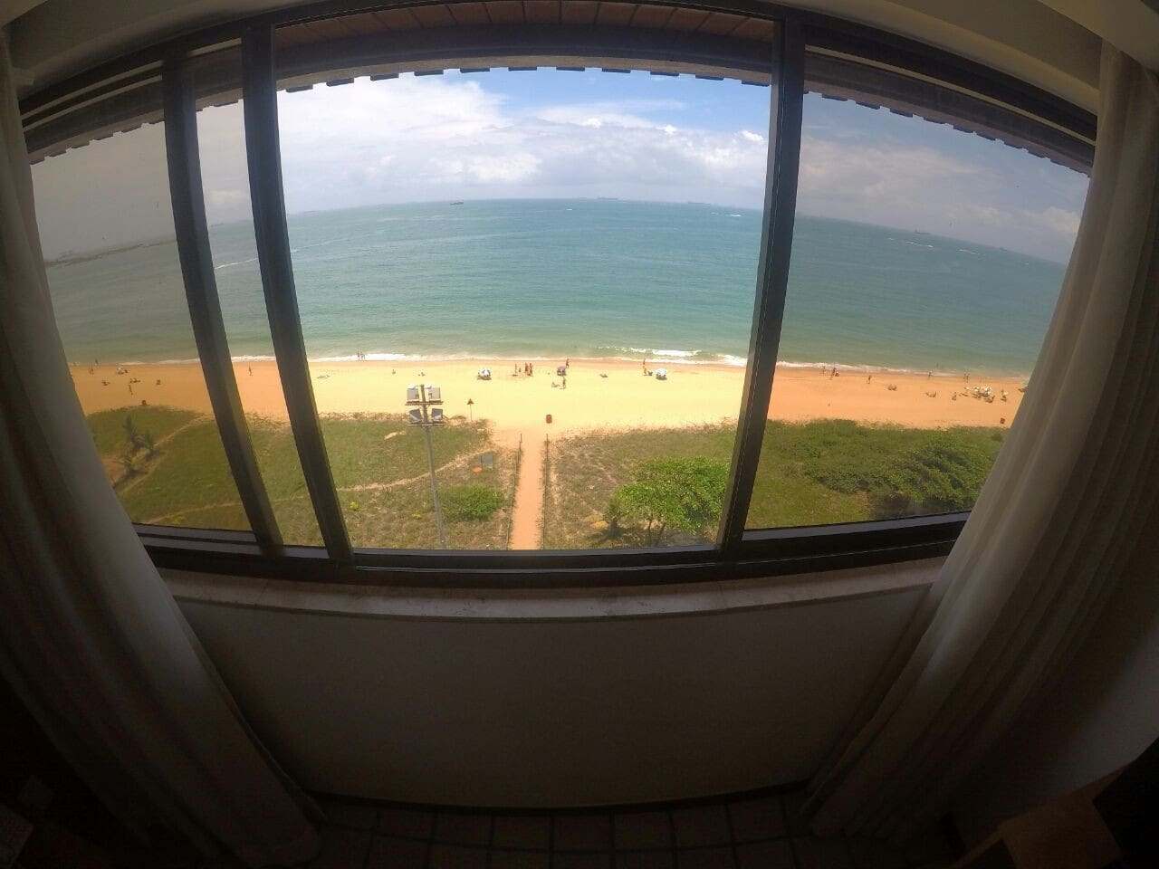 Vista da janela do quarto. Frente para o mar da Praia da Costa.