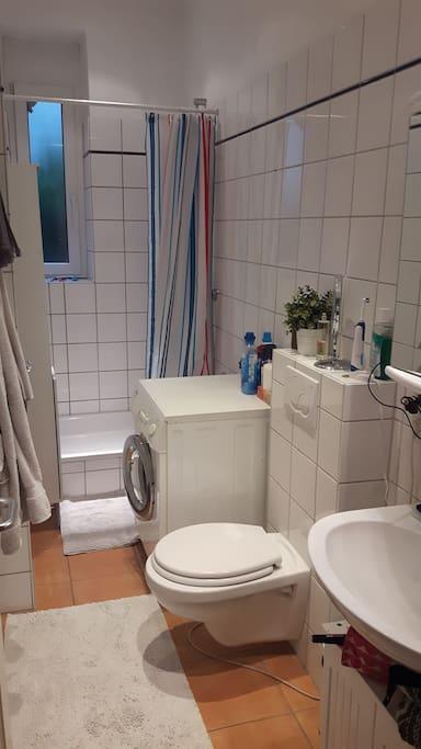 Badezimmer mit Waschmaschine und Dusche