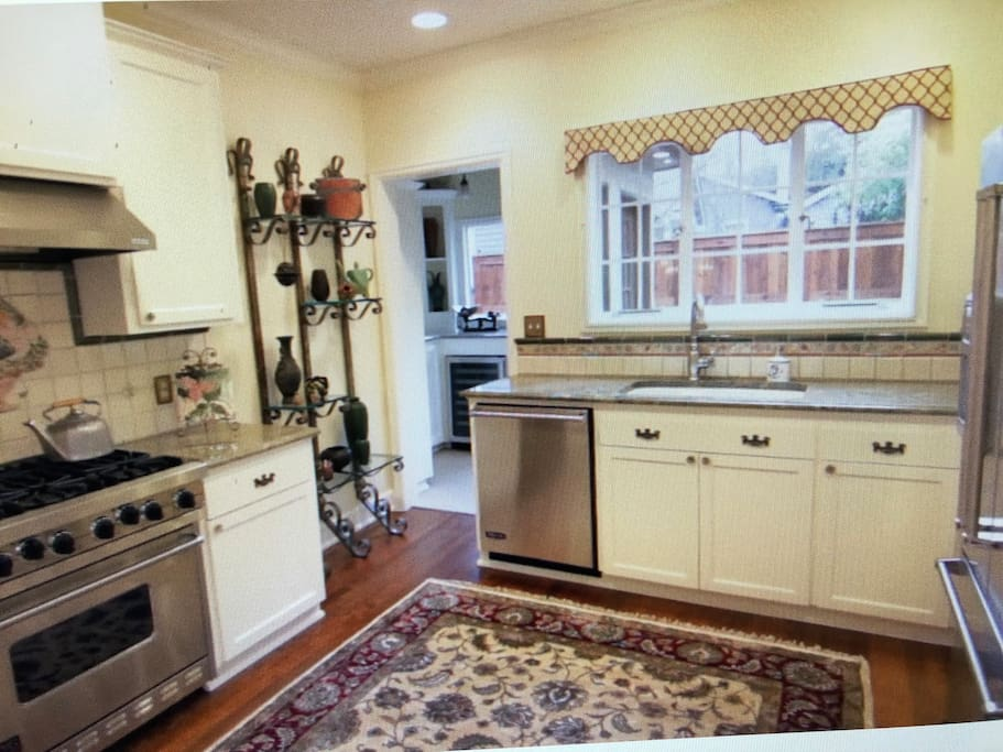 Immaculate, roomy kitchen