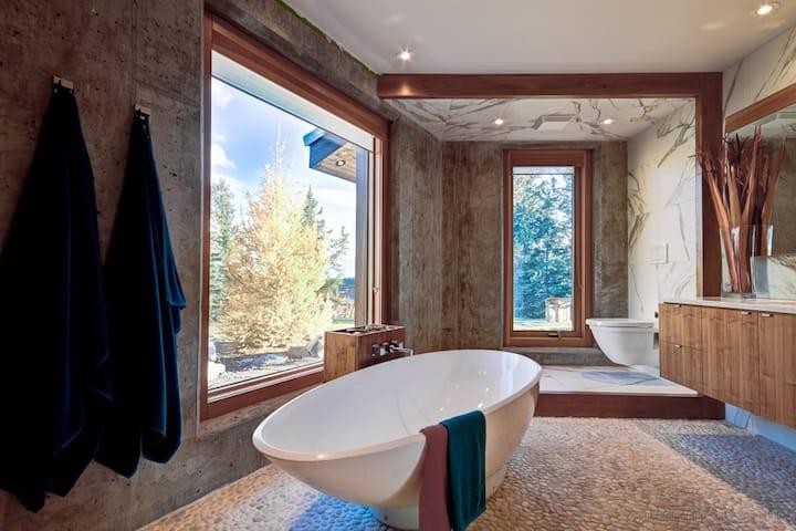 Designer Ranch House 1 hour East of Banff