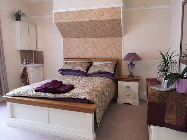 Edwardian house nr town centre & local park ROOM 2