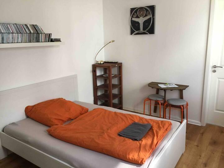 kleines nettes Zimmer mit eigenem Wannenbad