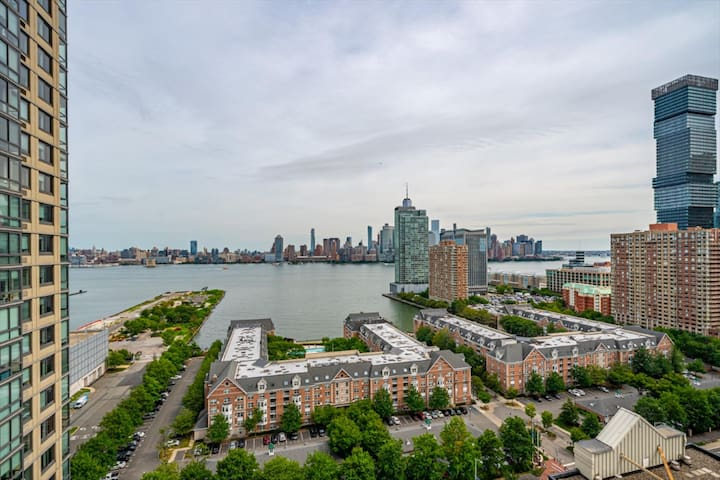 Chic Condo w Amenities Galore, Steps fromTransit