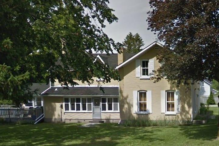 Large 6 Bedroom House in Kincardine!