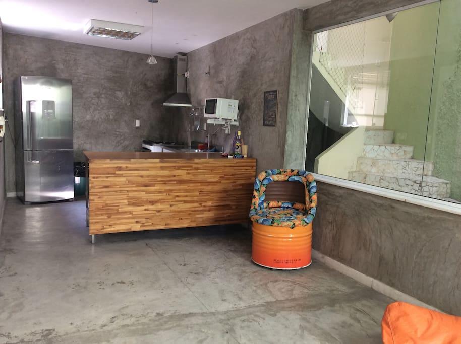 Cozinha Integrada com área de convivência e estar.
