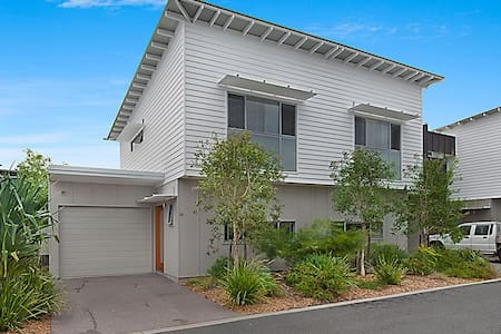 Modern Beach Shack Townhouse - Mount Coolum