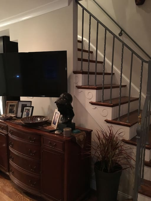 Large screen TV w/ cable, Netflix, etc. great for a movie after touring the city