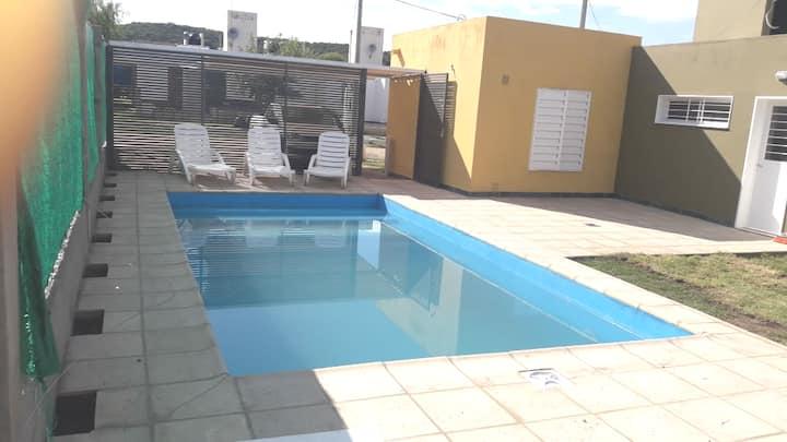 Casa independiente con amplia piscina climatizada