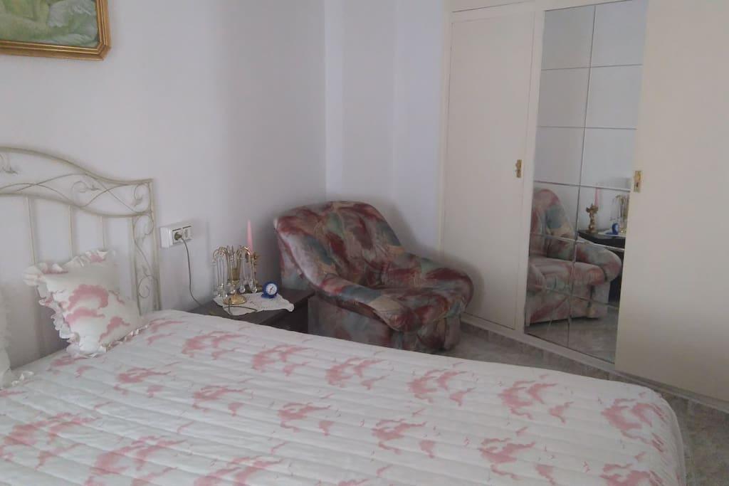 Dormitorio grande,  cama de 159cm, dos armarios,  aireacondicionado sistema inverter