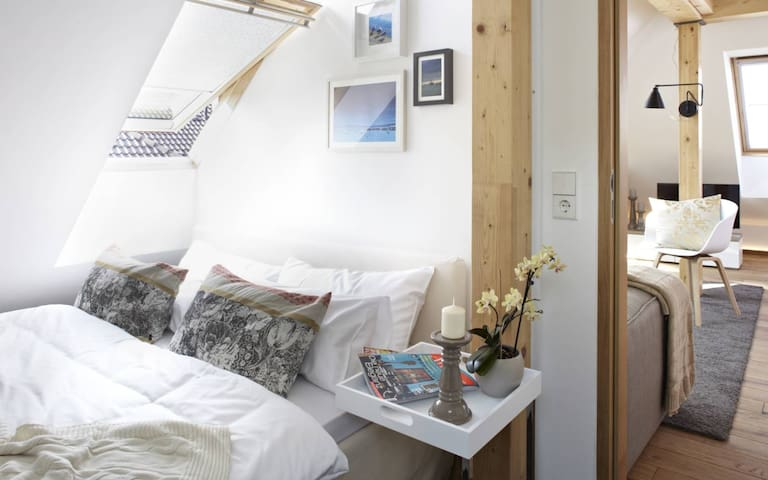 Komfortables Doppelbett im Schlafzimmer mit Blick in die Sterne.