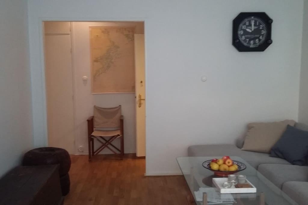 Vardagsrummet med vy mot hall och badrum.