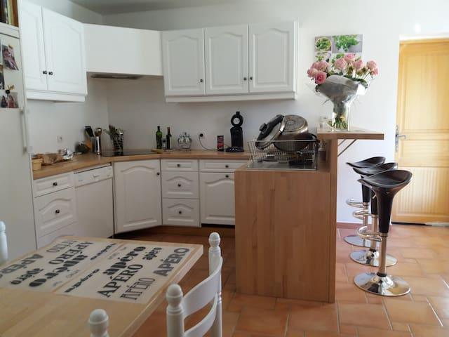 Chambre et SDB/ WC privés + PDéj dans villa - Orange - Hus