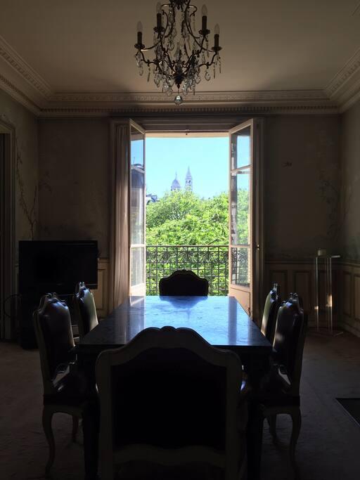 La salle à manger avec vue sur le Sacré Cœur