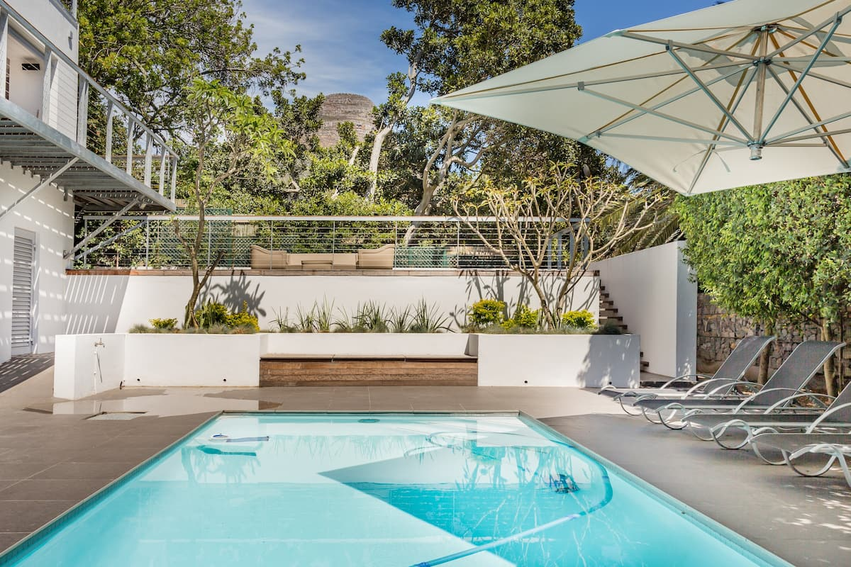 Stunning Poolside Flatlet in Heart of City Bowl Cape Town