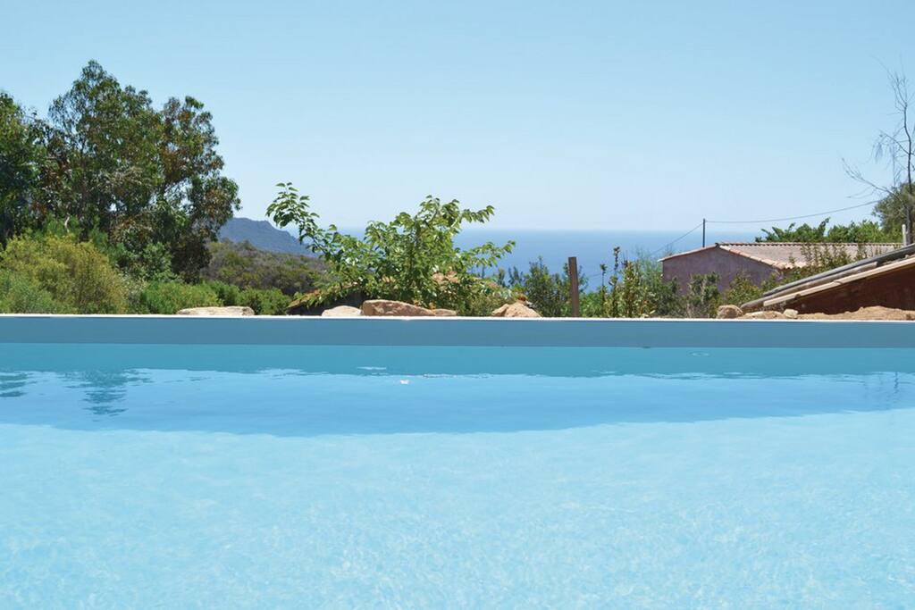 Vue piscine avec vue mer en fond