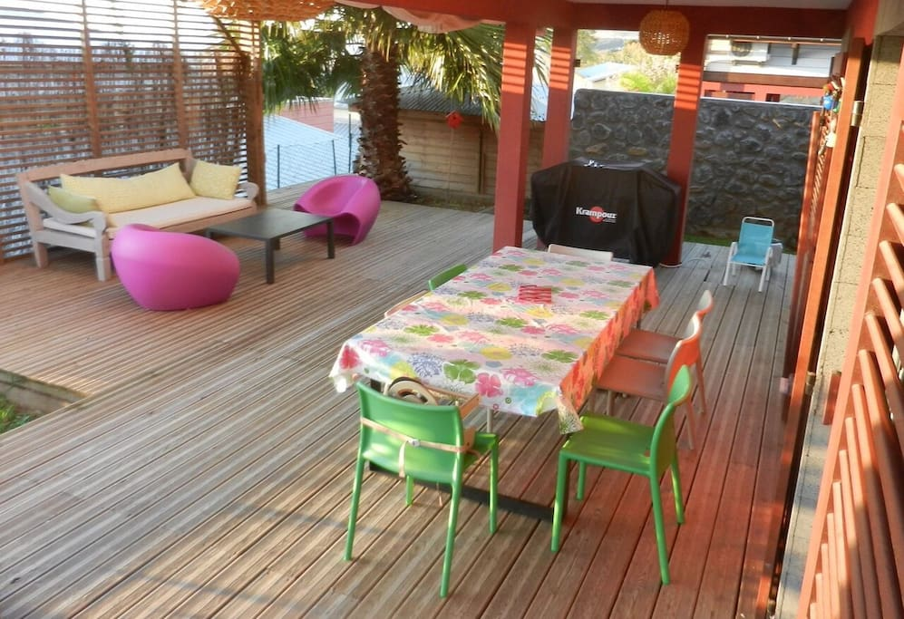 Varangue et pergola: salle à manger extérieure,  plancha et salon de jardin.