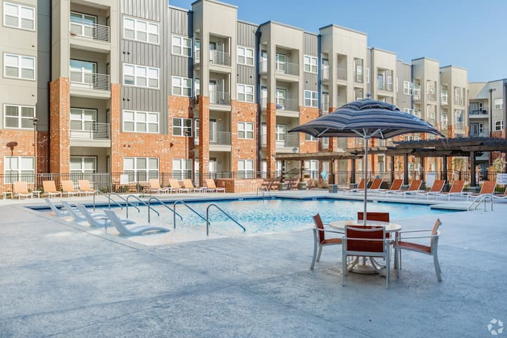 New Germantown Condo! POOL+HOT TUB! FREE PARKING!