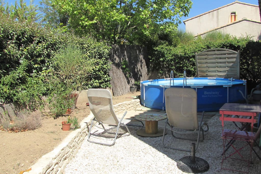 Jardin nord, avec piscine et espace détente sans vis-à-vis.