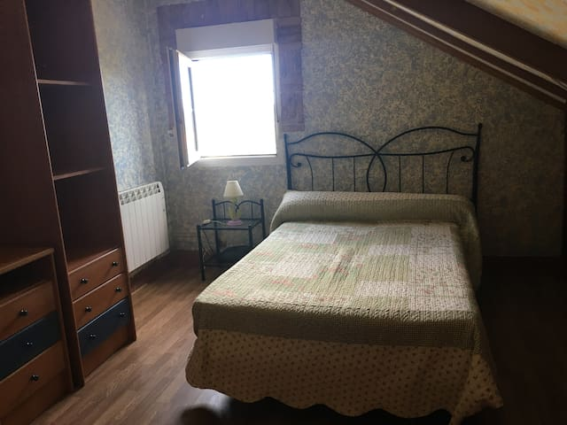 habitación 2. cama de matrimonio