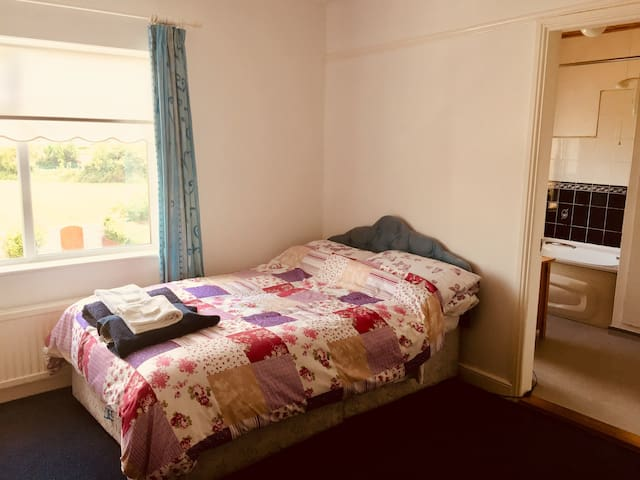 Double Room En Suite w/parking (No Cleaning Fees)