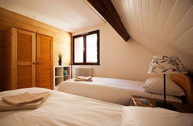 Winter 'chalet style' half board near Alpe d'Huez - Oz - Bed & Breakfast