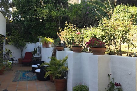 Private room in charming 2 br house - House