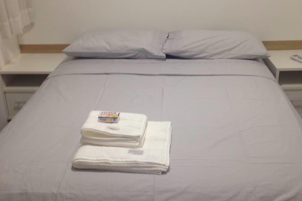 Cama de casal com colchao de molas ensacadas, 2 criados-mudos e roupa de cama de 100% algodão