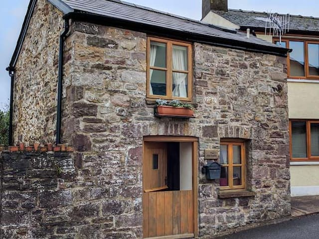 THE OLD STABLE, pet friendly in Gilwern, Ref 925359