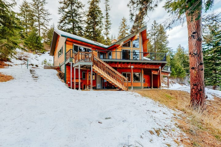 Spacious Mountain Home w/ Free WiFi, a Gas Fireplace, Central A/C, & Great Views
