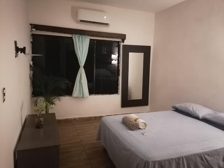 Amplia y cómoda habitación con clima en Palenque