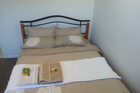 R2 - Queen Bed with Shared Bathroom - Sunbury - Hus
