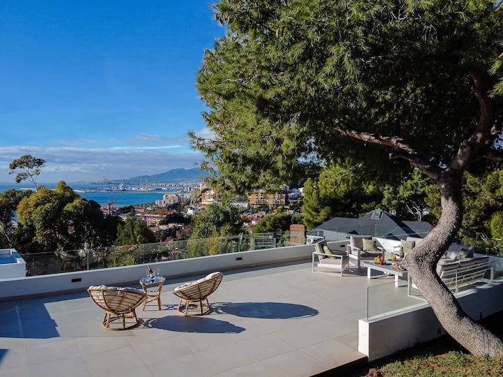 Vistas a la bahía de Málaga desde una villa única