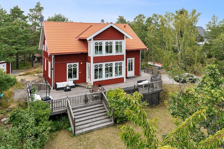 Exclusive 5 bedroom house in Stockholm archipelago, 45 mn to city center and 300m to the sea