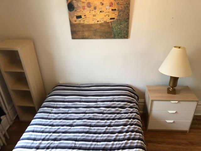 Cozy apartment downtown w/ free parking