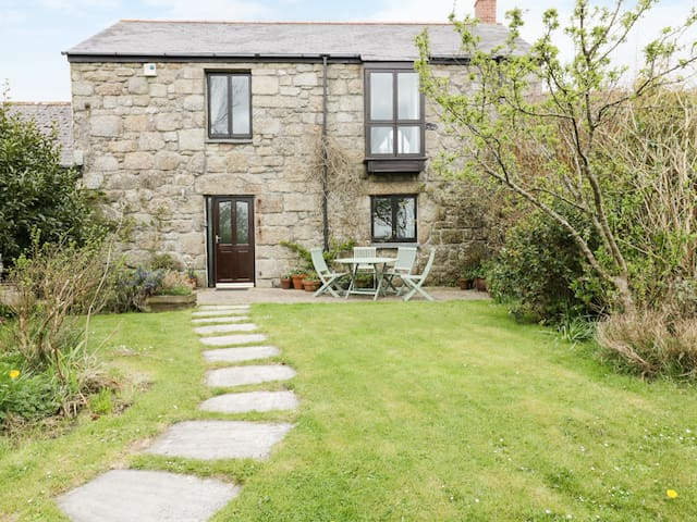 BRUNNION HOUSE, pet friendly, with open fire in St Ives, Ref 977858