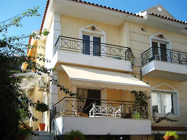 Bright House 15 mins from the Acropolis - Chalandri - บ้าน