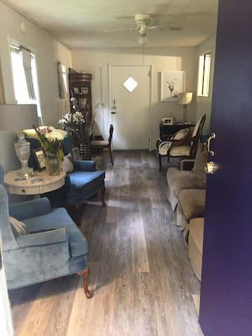 Adorable One Bedroom Montford Apartment - Asheville - Flat