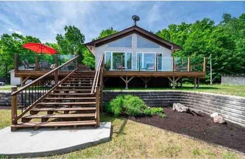 "Riverfront Cottage & Hot tub ""WEEKDAYS SPECIALS."""