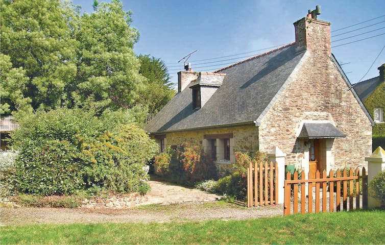 Holiday cottage with 2 bedrooms on 84 m² in Plouguiel