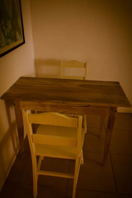 Small dining area, perfect for 2!