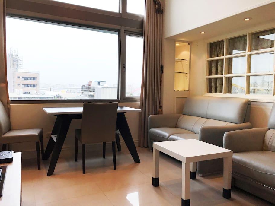 客厅有大面的窗户,采光非常好 Living room with large windows, lighting is very good