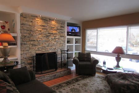 Morning Star-Cozy up to a wood burning fireplace - Colorado Springs