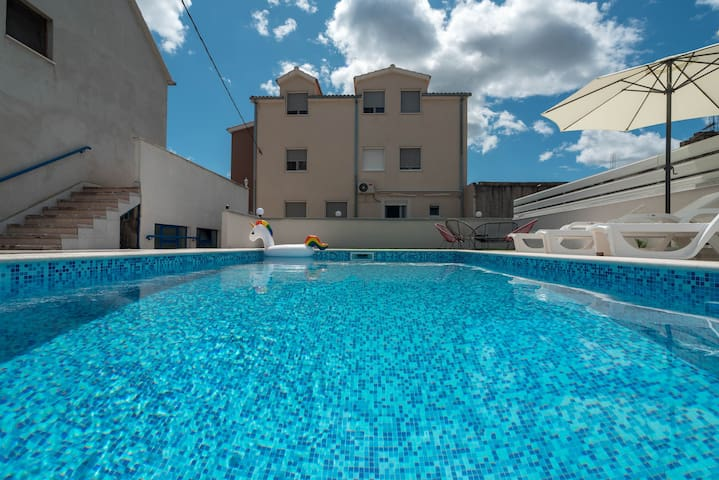 Luxury apartment with heated pool KLIS 1