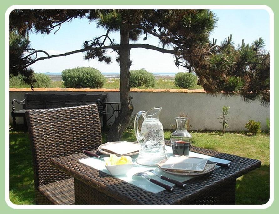 Déjeuner en terrasse face à la mer
