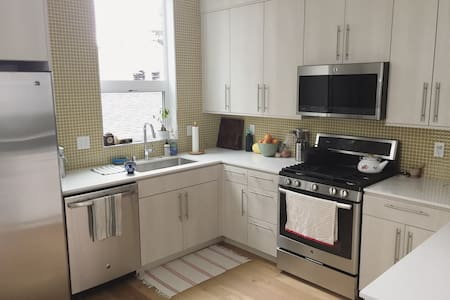 Sunny 1BR/1BA in new West Seattle home - Seattle - Casa