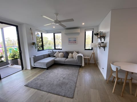 Sunny apartment with views of Narrabeen Lake