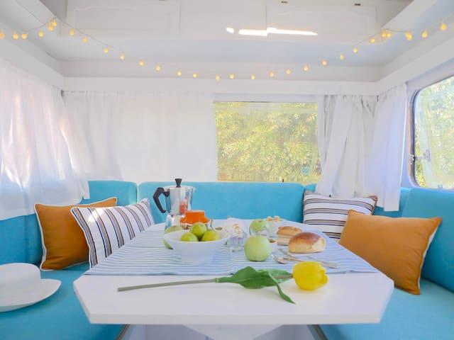 Living room, dining room and master bed. In a caravan, spaces have multiple functions :)   A sala de estar e de refeições que se transforma em quarto/cama de casal.